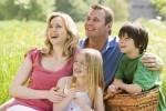 3476792-famiglia-seduta-cestino-pic-nic-all-39-aperto-con-un-sorriso.jpg